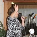 Tere Aguiar dirigiendo la adoración
